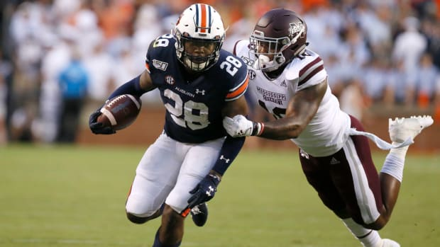JaTarvious Whitlow is tackled by Mississippi State Bulldogs linebacker Leo Lewis during the first quarter at Jordan-Hare Stadium.