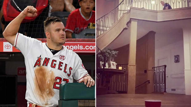 Mike Trout makes a golf trick shot in his New Jersey home