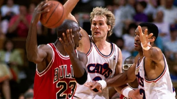 Bulls legend looks to pass around former Cavaliers guard Craig Ehlo and forward Larry Nance.
