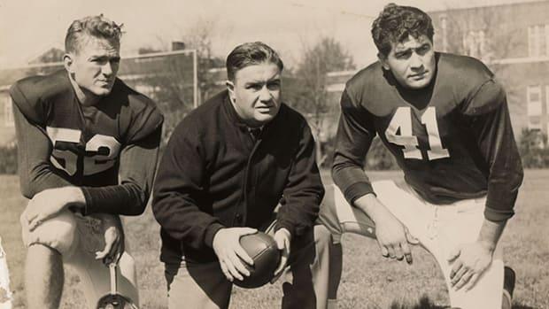 Alabama coach Frank Thomas, center, with quarterback Harry Gilmer, left, and center Vaughn Mancha.