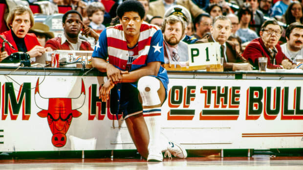 Wes Unseld wait to check into a game.