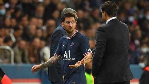 Lionel Messi talking with Mauricio Pochettino.