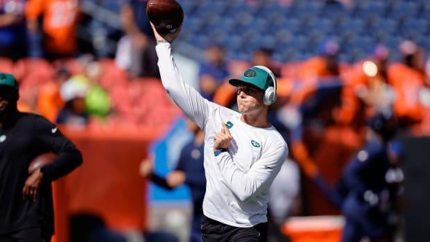Jets QB Zach Wilson warming up before game vs. Denver Broncos