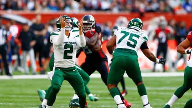 Jets QB Zach Wilson fumbles snap