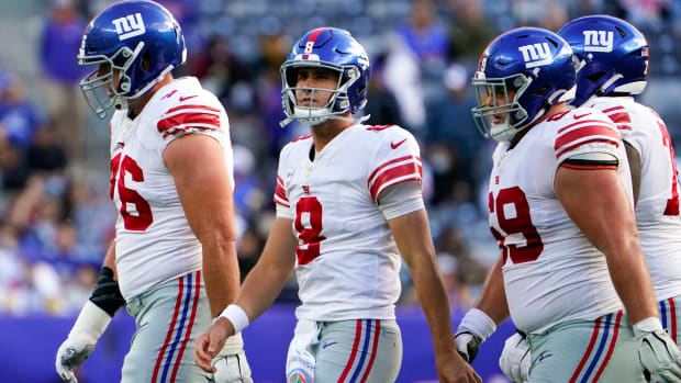 New York Giants quarterback Daniel Jones (8) looks up to the scoreboard after failing to score late in the second half. The Giants fall to the Rams, 38-11, at MetLife Stadium on Sunday, Oct. 17, 2021, in East Rutherford.
