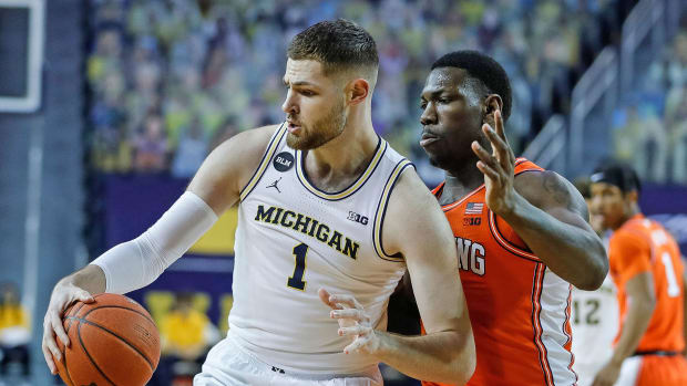 Michigan's Hunter Dickinson battles with Illinois's Kofi Cockburn
