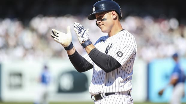 Yankees 1B Anthony Rizzo clapping