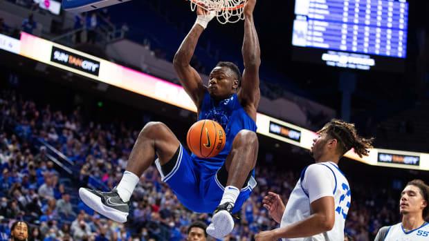 Kentucky forward Oscar Tshiebwe dunks during the Blue-White game