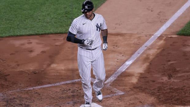 Yankees CF Aaron Hicks steps on home plate