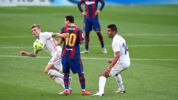 Toni Kroos marks Lionel Messi