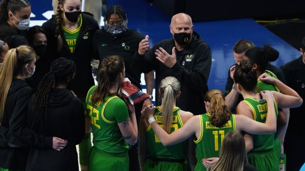 Oregon WBB March Madness Huddle
