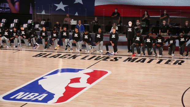 San Antonio Spurs kneeling before a game.