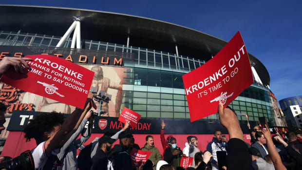 Arsenal fans protest Stan Kroenke and the Super League