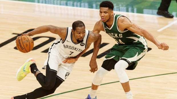 Kevin Durant drives to the hoop against Giannis Antetokounmpo