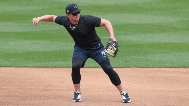 Yankees 1B Luke Voit fielding