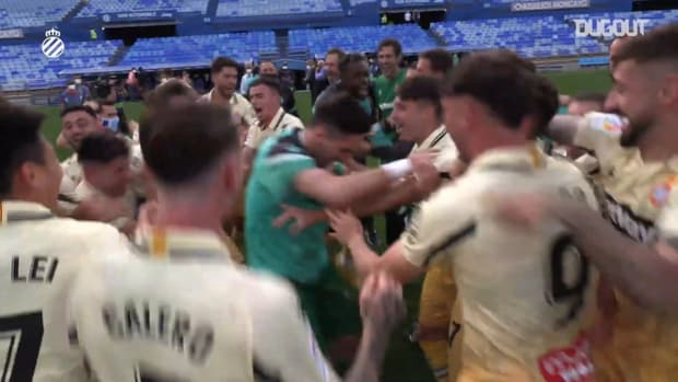 Wu Lei celebrates promotion with RCD Espanyol teammates and fans