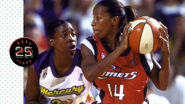 Cynthia Cooper holding the ball