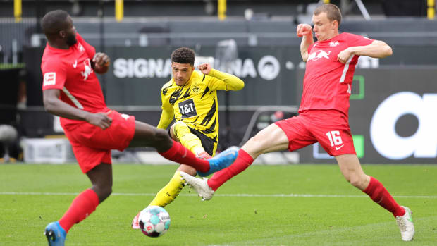 Jadon Sancho shoots against RB Leipzig
