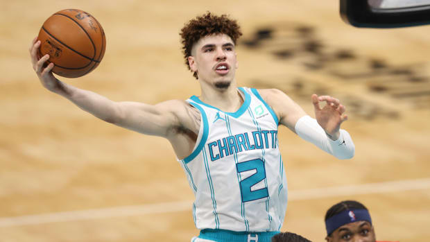 lamelo-ball-hornets-pass-2