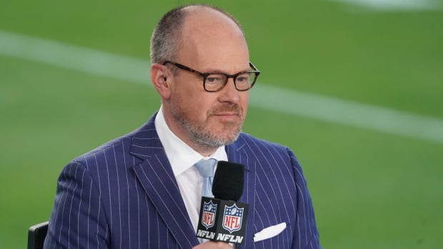 Rich Eisen holding a microphone