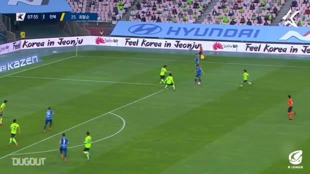 Kim Min-jun dances through Jeonbuk's defence to score