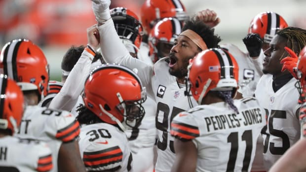 Cleveland Browns defensive end Myles Garrett (95) gets his teammates fired up before an NFL wild-card playoff football game against the Pittsburgh Steelers, Sunday, Jan. 10, 2021, in Pittsburgh, Pennsylvania. [Jeff Lange/Beacon Journal] Browns Extras 24