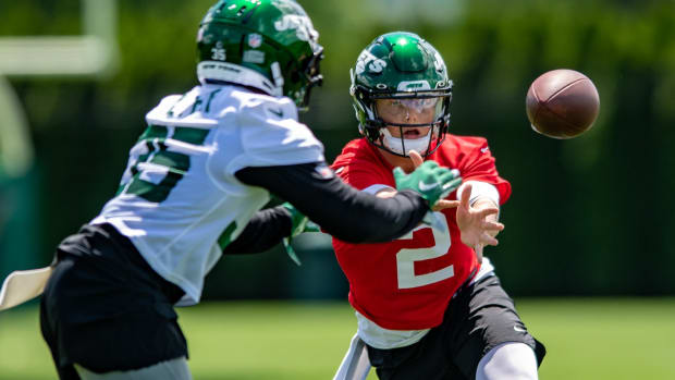 Jets QB Zach Wilson pitches to running back