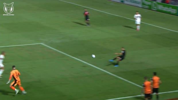 Reinaldo's stunning nutmeg vs Atlético-GO
