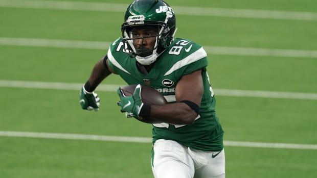 Jets WR Jamison Crowder carries ball
