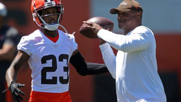 Cleveland Browns defensive coordinator Joe Woods works with cornerbacks during an NFL football practice at the team's training facility, Wednesday, June 16, 2021, in Berea, Ohio. [Jeff Lange / Akron Beacon Journal] Browns 6