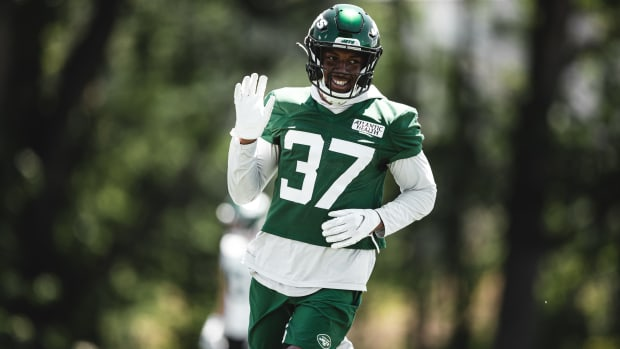 Jets CB Bryce Hall waving in minicamp