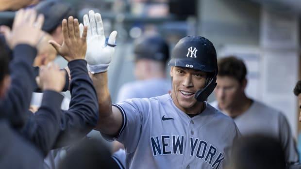 Yankees RF Aaron Judge gets high fives in dugout