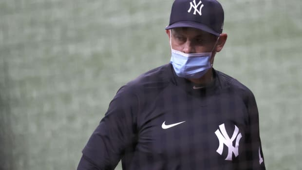 Yankees manager Aaron Boone wearing mask