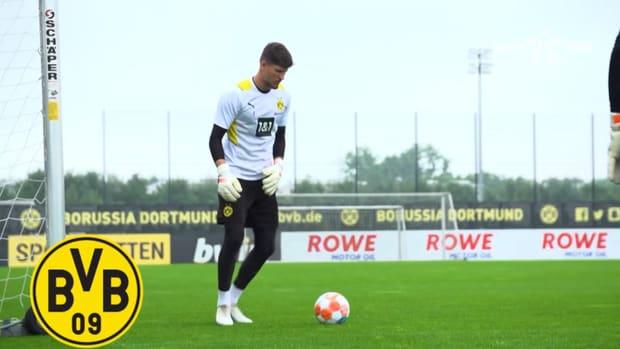 Borussia Dortmund's new signing Gregor Kobel in training