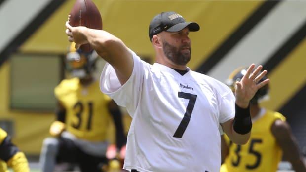 Ben Roethlisberger throws a pass during Steelers minicamp