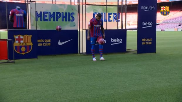 Memphis shows off his skills in a Barça shirt