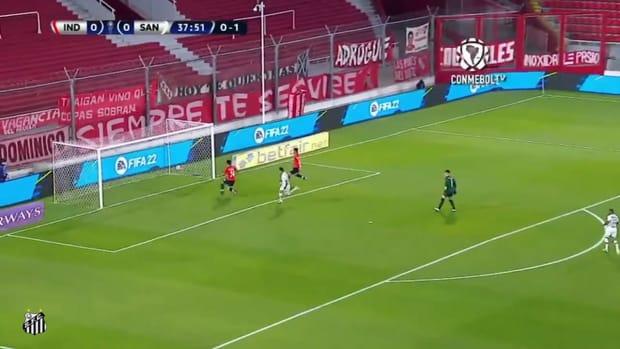 Kaio Jorge scores for Santos against Independiente