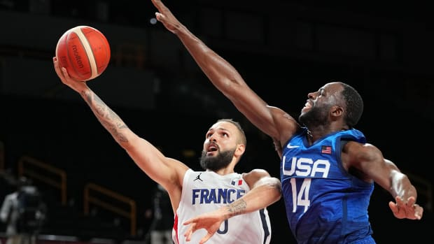 Draymond Green attempts to block a layup from Evan Fournier.