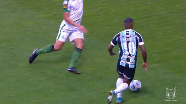 Douglas Costa's cheeky nutmeg in Grêmio's draw vs América-MG