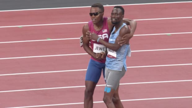 Isaiah Jewett and Nijel Amos fall and get back up together in the Tokyo Olympics 800 meter semifinal