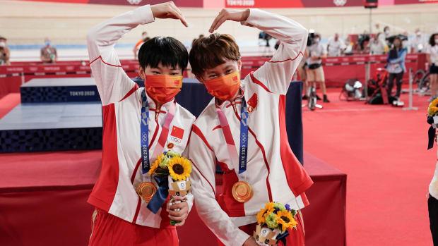 Tianshi Zhong and Shanju Bao celebrate their gold medal.