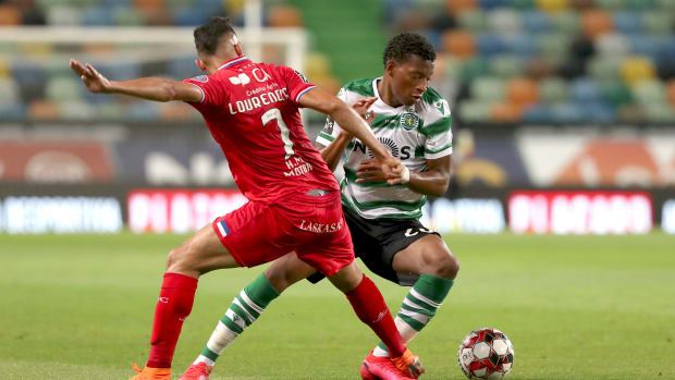 LISBON, July 2, 2020 (Xinhua) -- Gonzalo Plata (R) of Sporting vies with Lourency of Gil Vicente during a Portuguese League football match between Sporting CP and Gil Vicente in Lisbon, Portugal, Wednesday, July 1, 2020