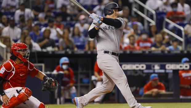 Anthony Rizzo swinging bat in Miami