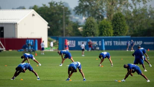 New York Giants go through warmup during 2020 training camp.