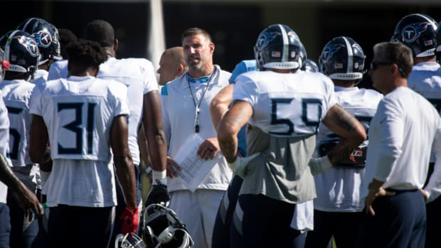 Tennessee Titans head coach Mike Vrabel talks with his players during a joint training camp practice against the Tampa Bay Buccaneers at AdventHealth Training Center Wednesday, Aug. 18, 2021 in Tampa, Fla.