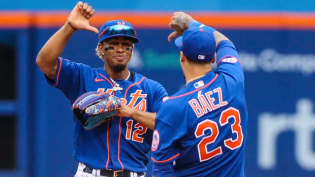 Francisco Lindor and Javier Báez gives a thumbs down to the Mets fans