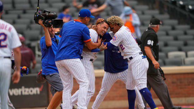 Javier Báez and the Mets repaid their fans with a wild come from behind walk-off victory over the Marlins in Game 1 of their doubleheader on Tuesday.