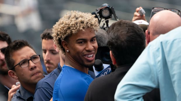 Francisco Lindor apologized to Mets fans for thumbs-down gesture.
