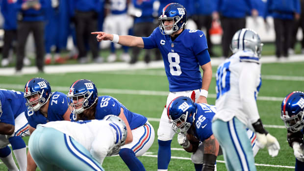 Daniel Jones motions behind the line of scrimmage during a game against the Cowboys