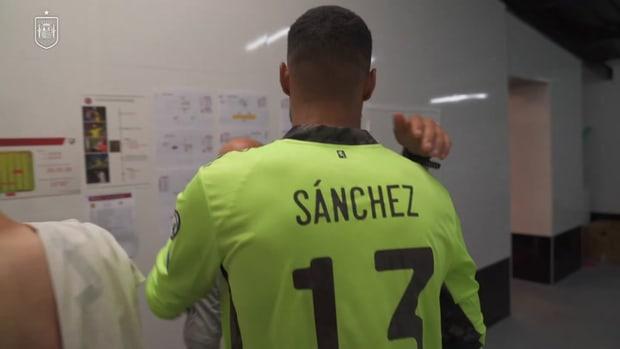 Behind the scenes: Spain teammates congratulate Robert Sánchez for his debut